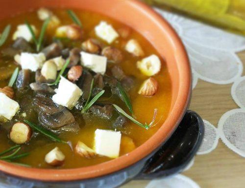 Zuppa di zucca con feta greca ,funghi e nocciole
