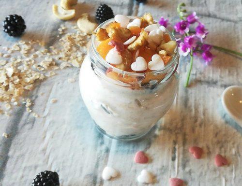 Porridge freddo allo yogurt e frutta