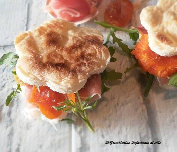 Pizza al testo con prosciutto e albicocche secche