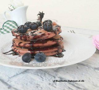 Pancakes al cacao con yogurt greco e farina di riso
