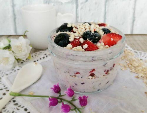Yogurt ai mirtilli con avena e miglio soffiato