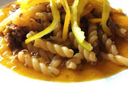 Pasta con crema di peperoni e carne tritata