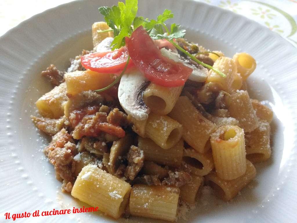 Mezzi rigatoni con funghi, salsiccia e pomodorini