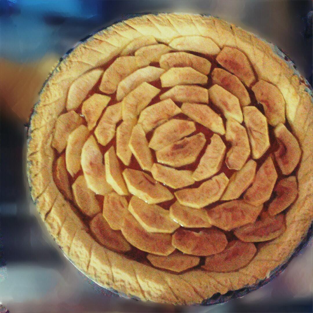 Crostata alla marmellata con copertura di mele