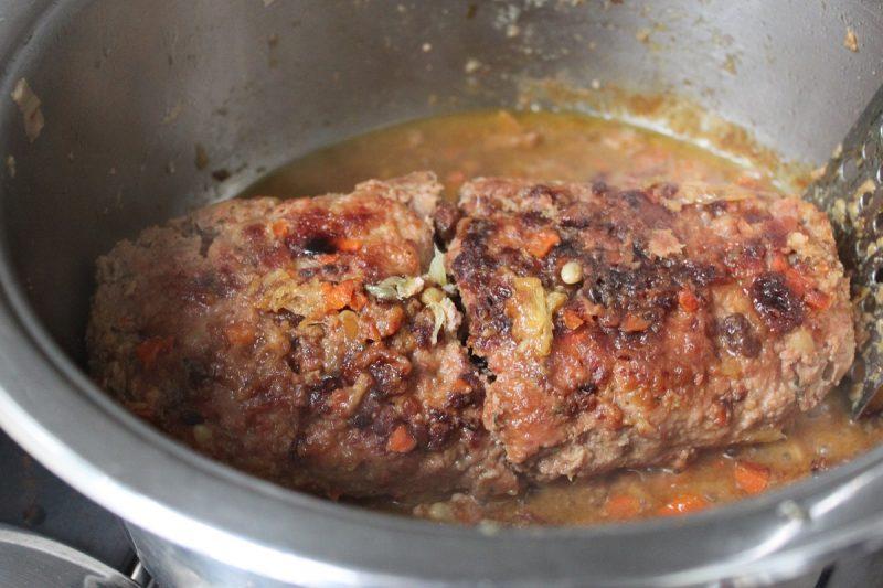 Polpettone di carne sfizioso in casseruola con ripieno all'arancia