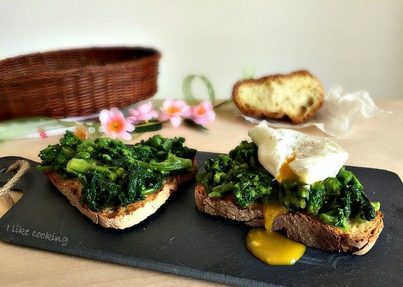 Crostoni di pane con rape e uova in camicia