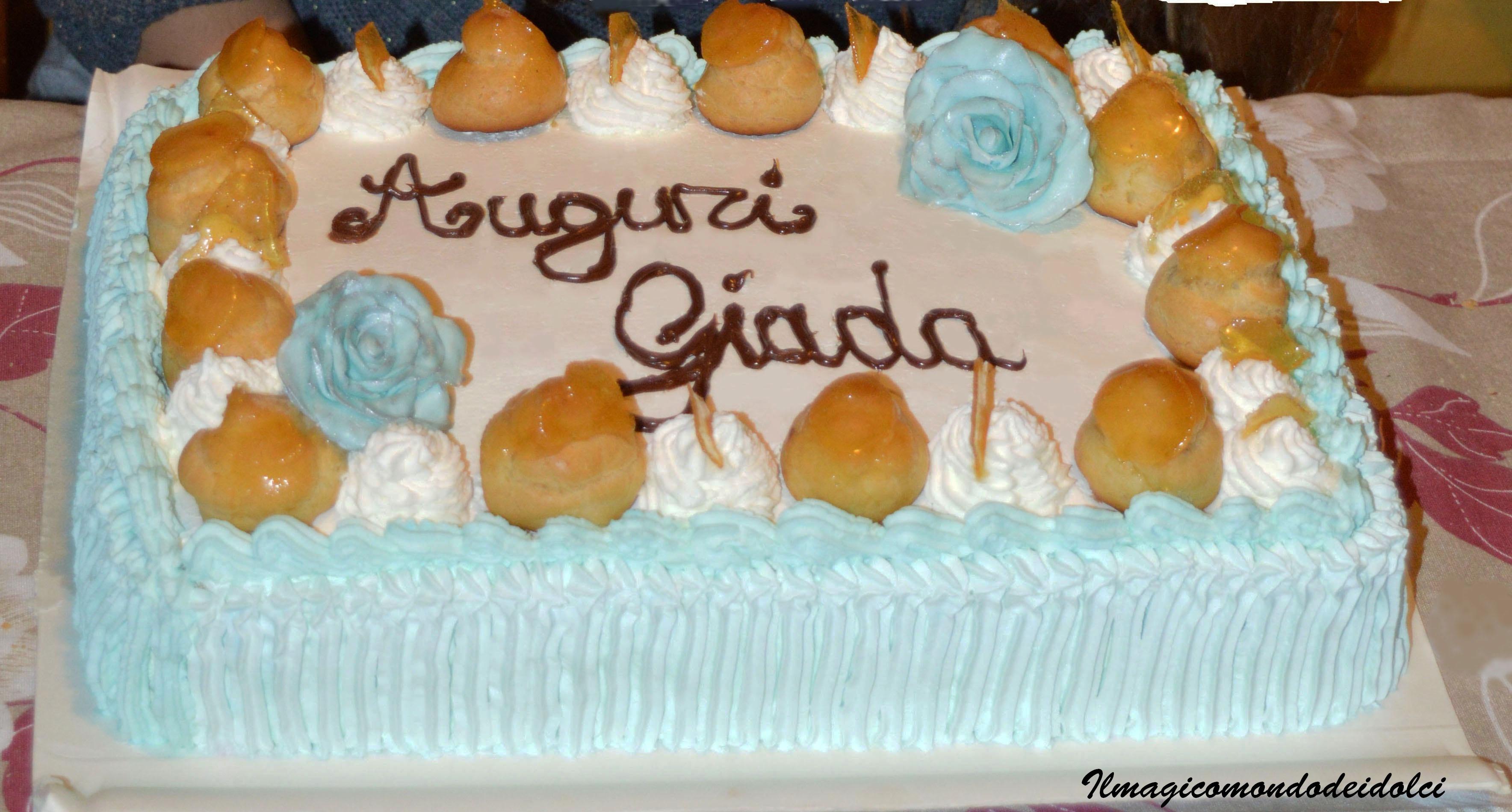 Torta Di Compleanno Con Panna Bigne E Rose In Pasta Di Zucchero