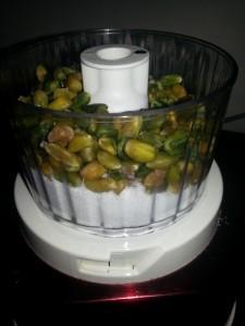 Tritare pistacchi e zucchero