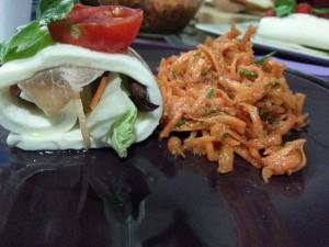 Insalata di carote e rotolo di mozzarella