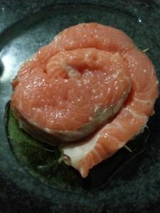 Pulire e arrotolare il salmone