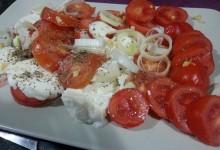 Insalata di pomodori mais mozzarella e porro