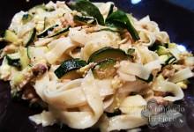 Carbonara di zucchine e tonno con granella di pistacchi