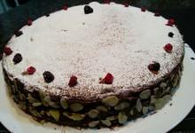 Torta soffice ai frutti di bosco e cioccolato