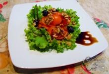 Insalata gentile con noci e olive e glassa di aceto balsamico