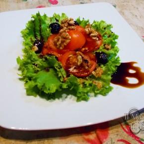 insalata gentile con noci e olive e glassa all'aceto balsamico