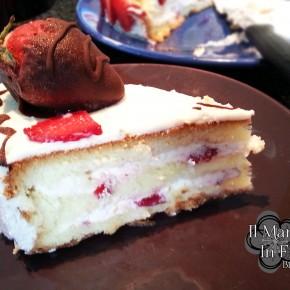 fetta di torta fragole e panna