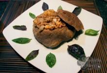 Minestra di legumi in guscio di pane nero