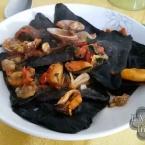 Ravioli neri cozze e vongole