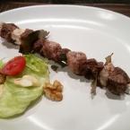 Spiedini di carne e insalata mandorle e noci
