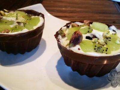 Bicchierini di cioccolato con crema di philadelphia kiwi e pistacchi