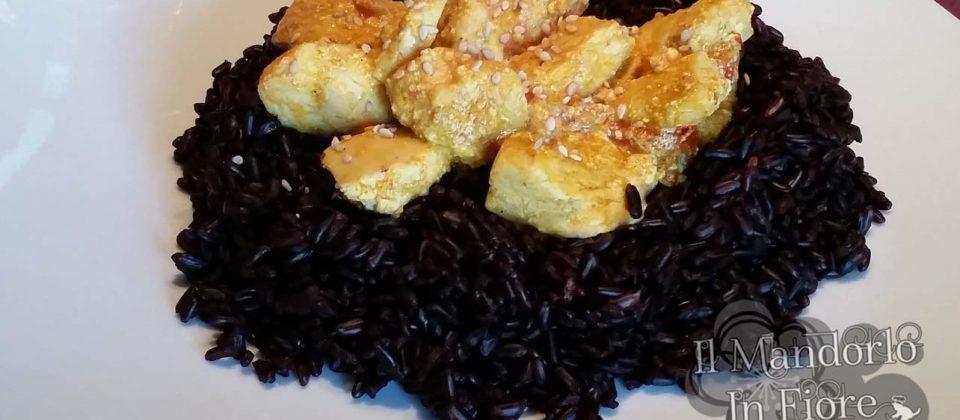 riso venere con pollo al curry e sesamo