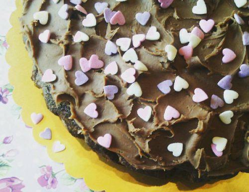 Torta alle nocciole glassata al cioccolato al latte