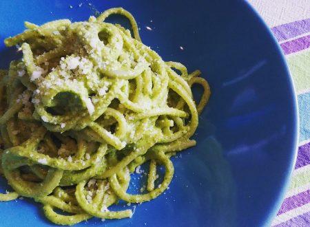 Spaghetti con pesto di rucola e mandorle
