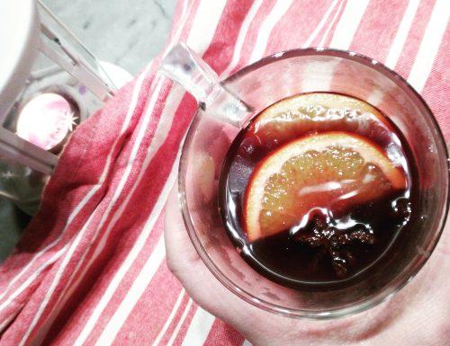 Vino caldo con frutta e spezie