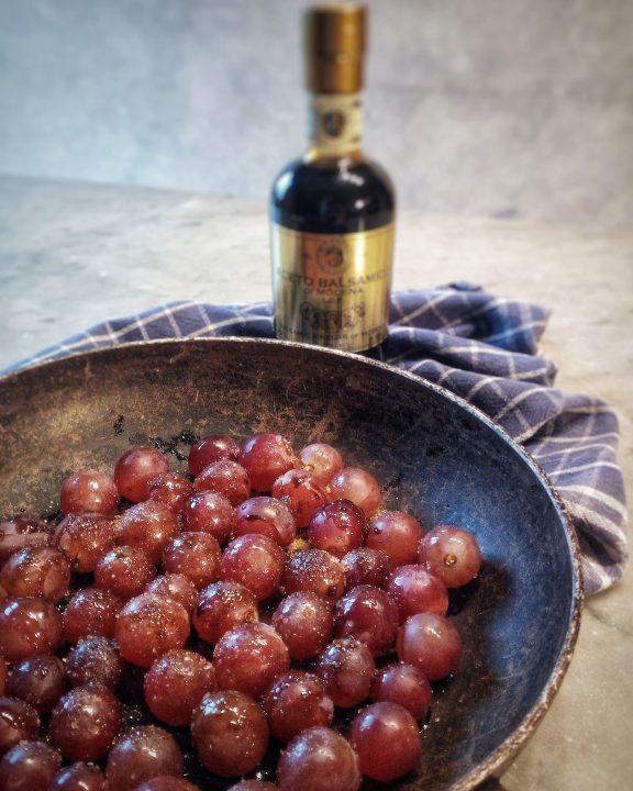 Crostini alla ricotta e uva all'aceto balsamico