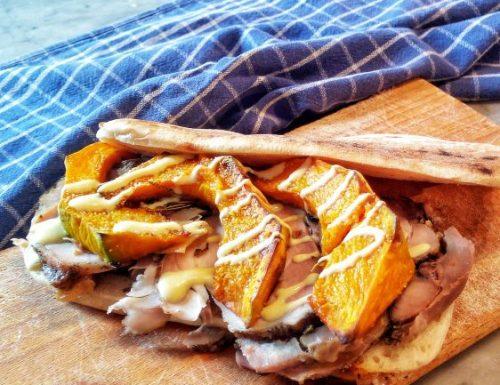 Panino con porchetta e zucca arrosto