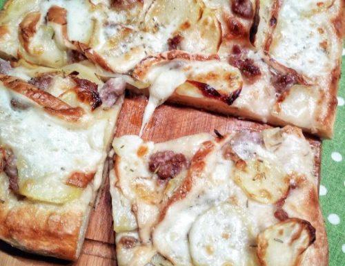 Pizza con salsiccia,patate e mozzarella affumicata