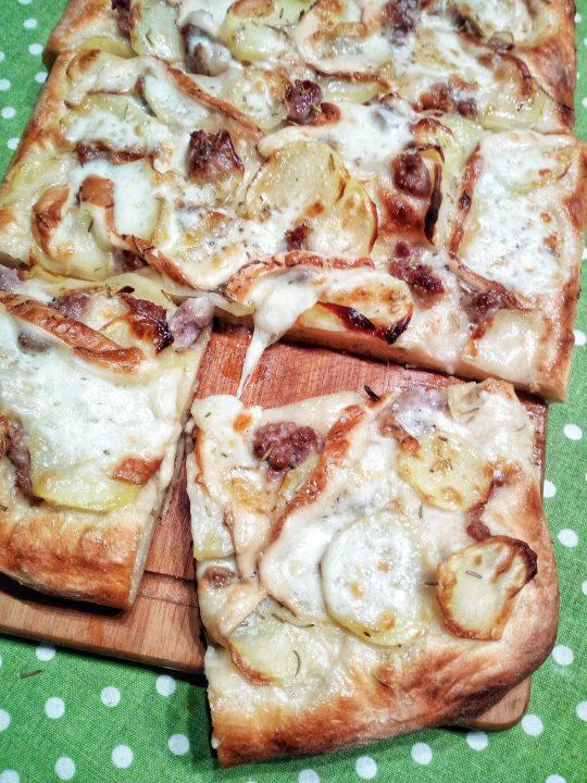 Pizza con salsiccia, patate e mozzarella affumicata