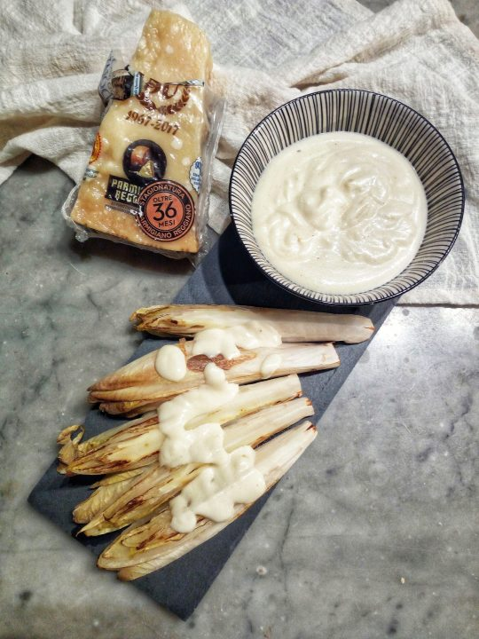 Insalata belga con fonduta di parmigiano