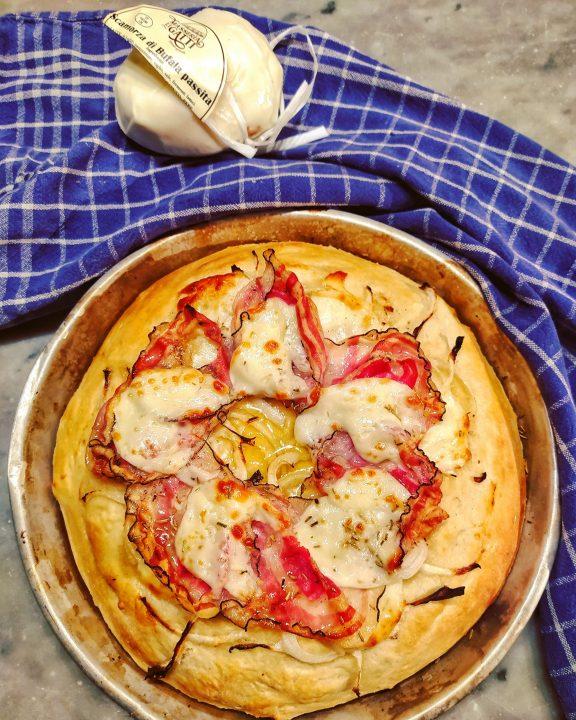 Pizza cresciuta con pancetta,cipolle e scamorza di bufala