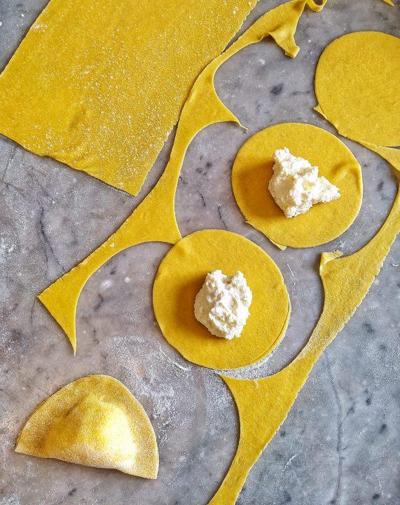 Ravioli al limone con asparagi