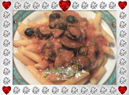 Penne con tonno, capperi e olive nere