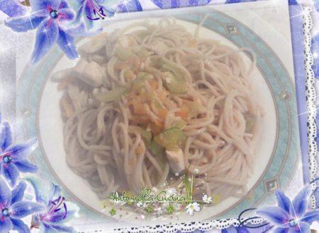 Spaghetti di riso con pollo e verdure…