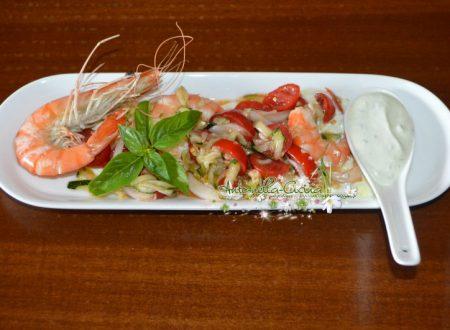 Insalata di gamberoni con verdure su letto di yogurt greco al lime.
