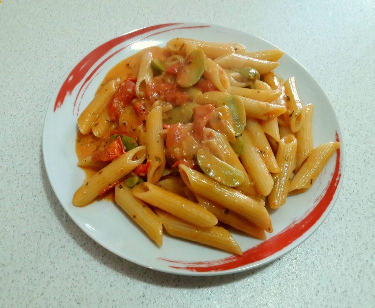 Pasta pomodori olive e stracchino