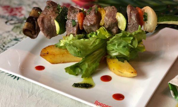 Spiedino di capocollo con verdure al forno