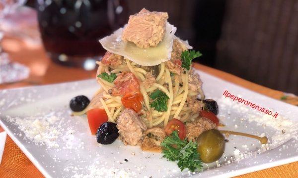 Spaghetti al tonno olive capperi e sardelle