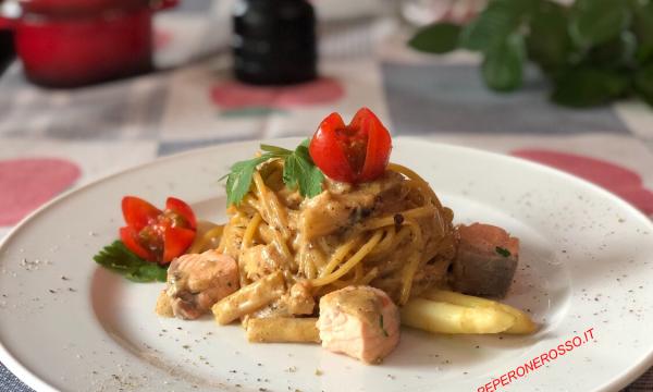 Spaghetti con salmone e asparagi bianchi
