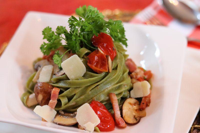 Tagliolini ai spinaci con funghi e speck