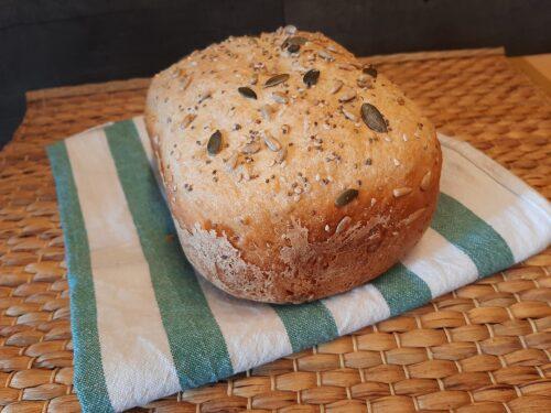 Pane ai cereali e semi nella macchina del pane