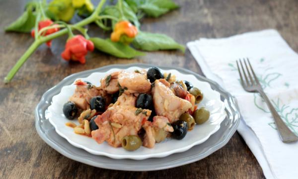 Coniglio con olive e pinoli