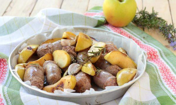 Salsicce con  mele in padella