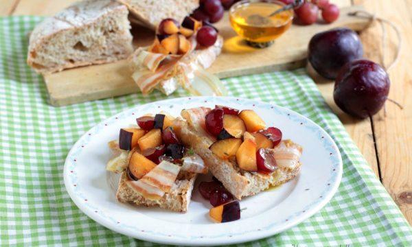 Bruschette con pancetta prugne e uva