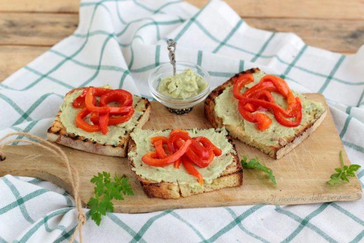 Bruschette con salsa di avocado e peperoni