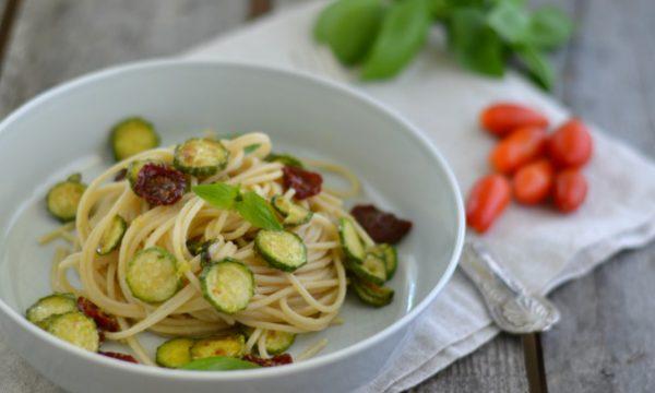 Spaghetti integrali con zucchine e datterini confit