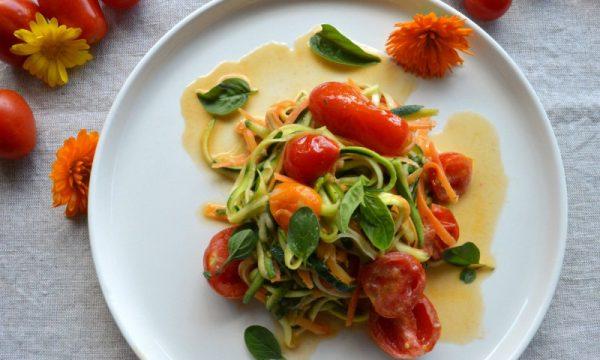 Spaghetti di verdure con pomodorini e basilico